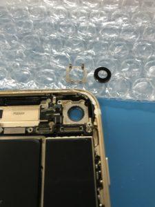 iPhone7のメインカメラガラスカバー部分の修理中写真