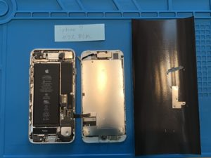 iPhone7の画面交換修理中のフロントパネルを外した写真