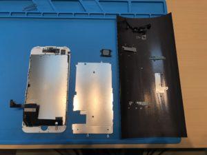 iPhone7の画面交換修理中にフロントパネルからパーツを移植するときの写真