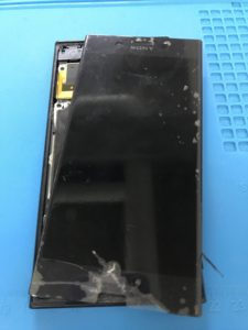 XPERIA XZの画面割れと充電口パーツ破損修理の修理前写真
