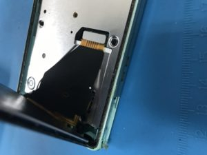 XPERIA A(SO-04E)の液晶画面(フロントパネル)の交換修理の修理工程説明(修理中写真)