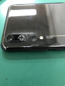 P20Proバックカメラ外側ガラス交換修理中の写真