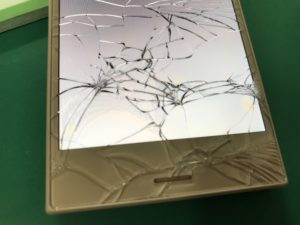 X Compactの液晶画面交換修理前の画面ガラス割れの拡大写真